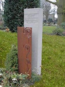 Grafsteen cortenstaal met zuil van Franse kalksteen