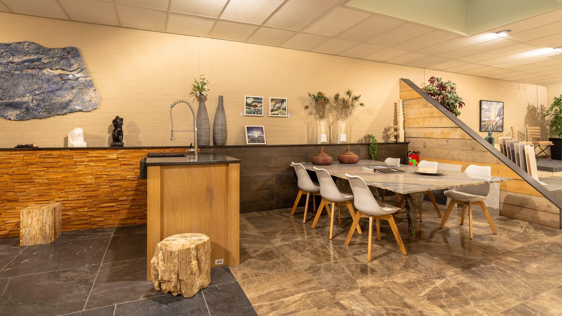 De toonzaal met verschillende vloeren bij Hutting Natuursteen