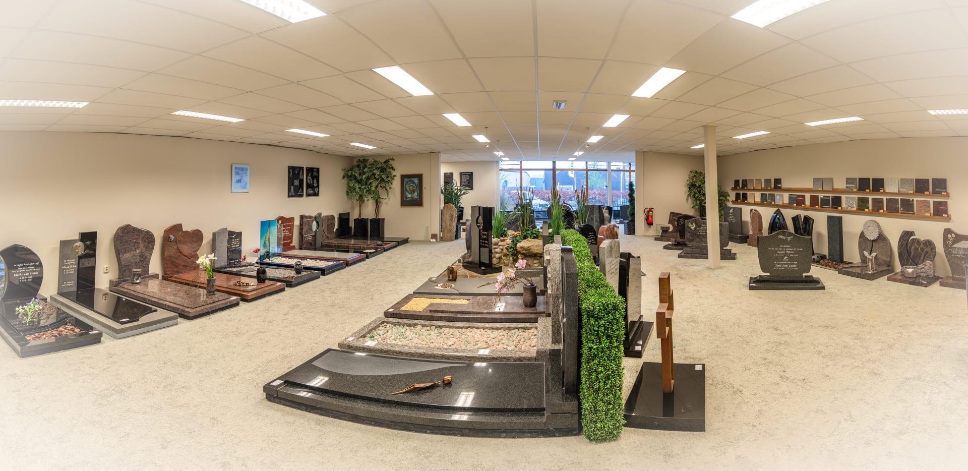 Grote zaal met veel verschillende grafmonumenten