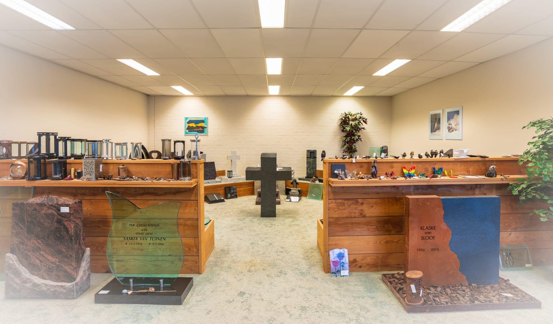 Zaal met urnmonumenten en grafaccessoires