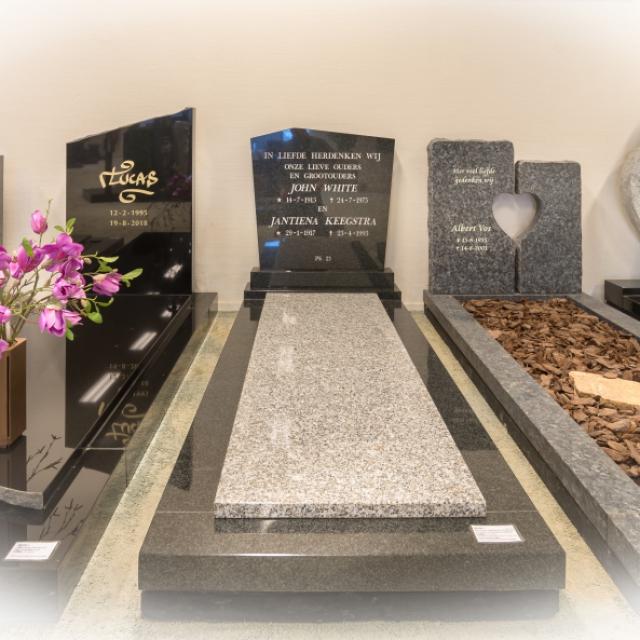 Een grafsteen van zwart graniet