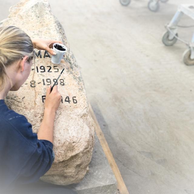 Grafsteen belettering in de werkplaats van Hutting Natuursteen