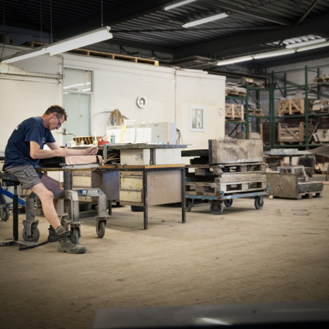 De werkplaats met gekwalificeerde vakmensen van Hutting Natuursteen