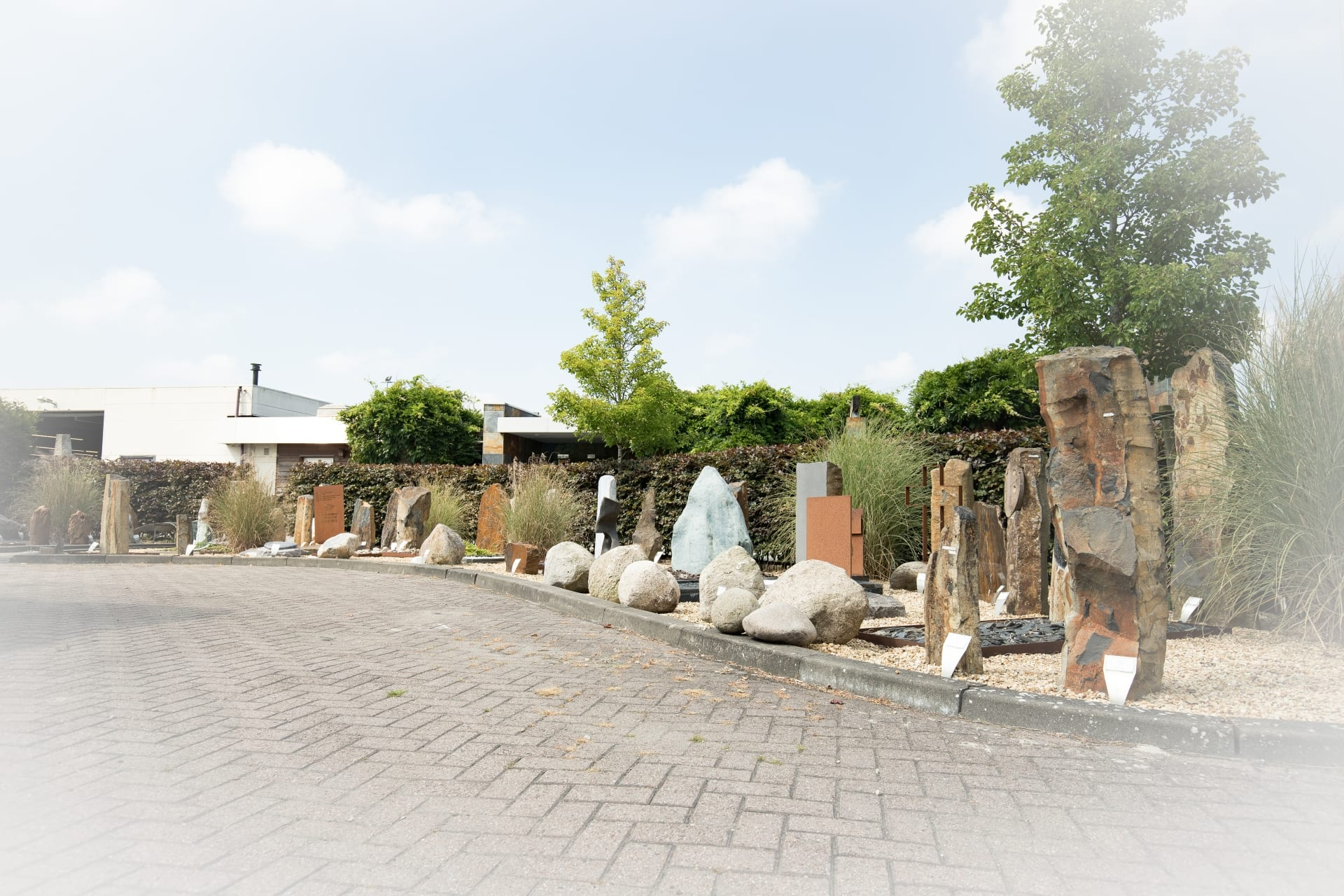 De diversiteit aan budgetmonumenten bij Hutting Natuursteen in de monumententuin