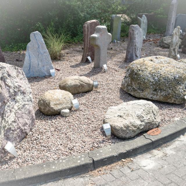 Morenekeien, basaltzuilen en een zwitserse gneis in de monumententuin van Hutting Natuursteen