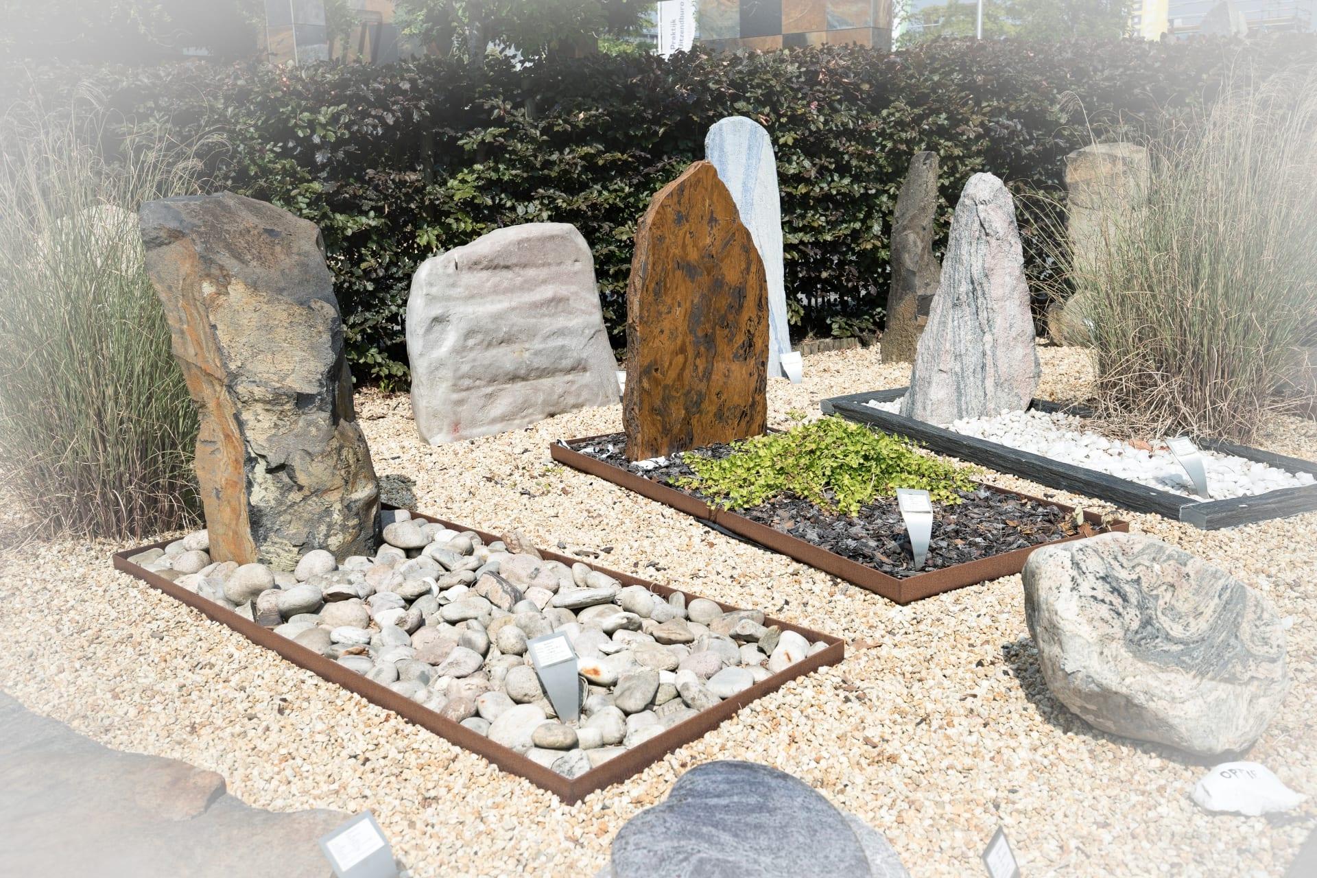 Monumenten met grafbedekking in de monumententuin van Hutting Natuursteen