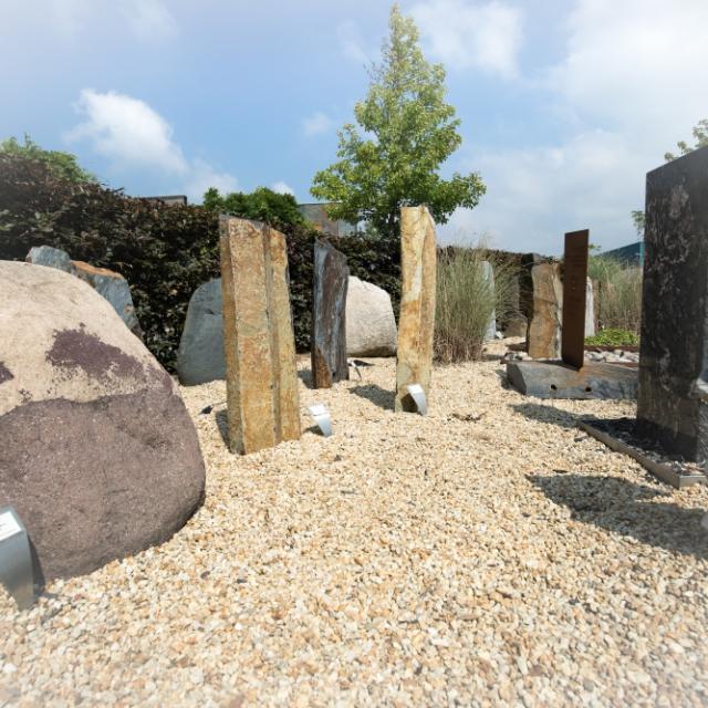 Verschillende keien, basaltzuilen en stenen in de monumententuin van Hutting Natuursteen