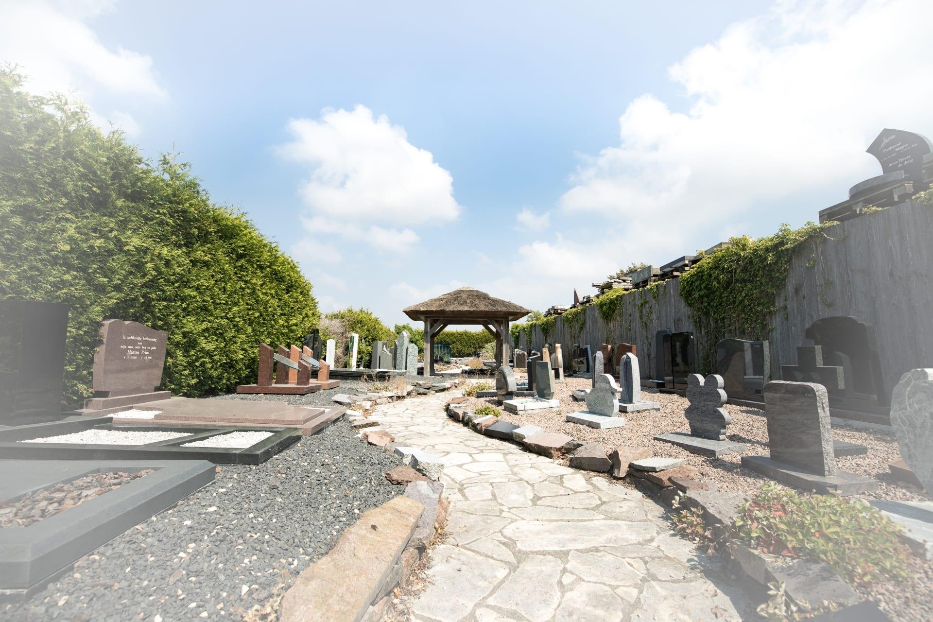 Kindergrafstenen en budgetmodellen in de monumententuin van Hutting Natuursteen