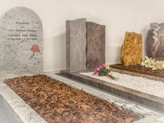 Monumenten met grafbedekking in toonzaal de Westereen