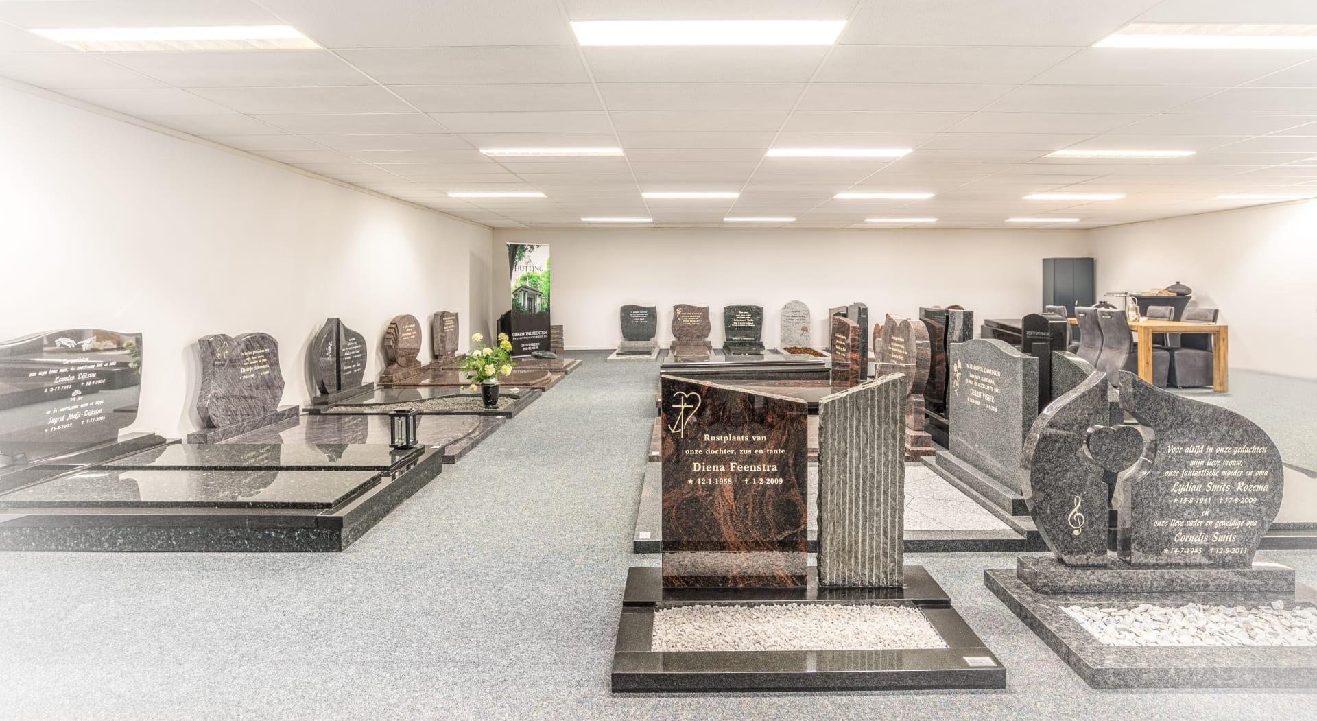 Vijftig monumenten opgesteld in de toonzaal in de Westereen