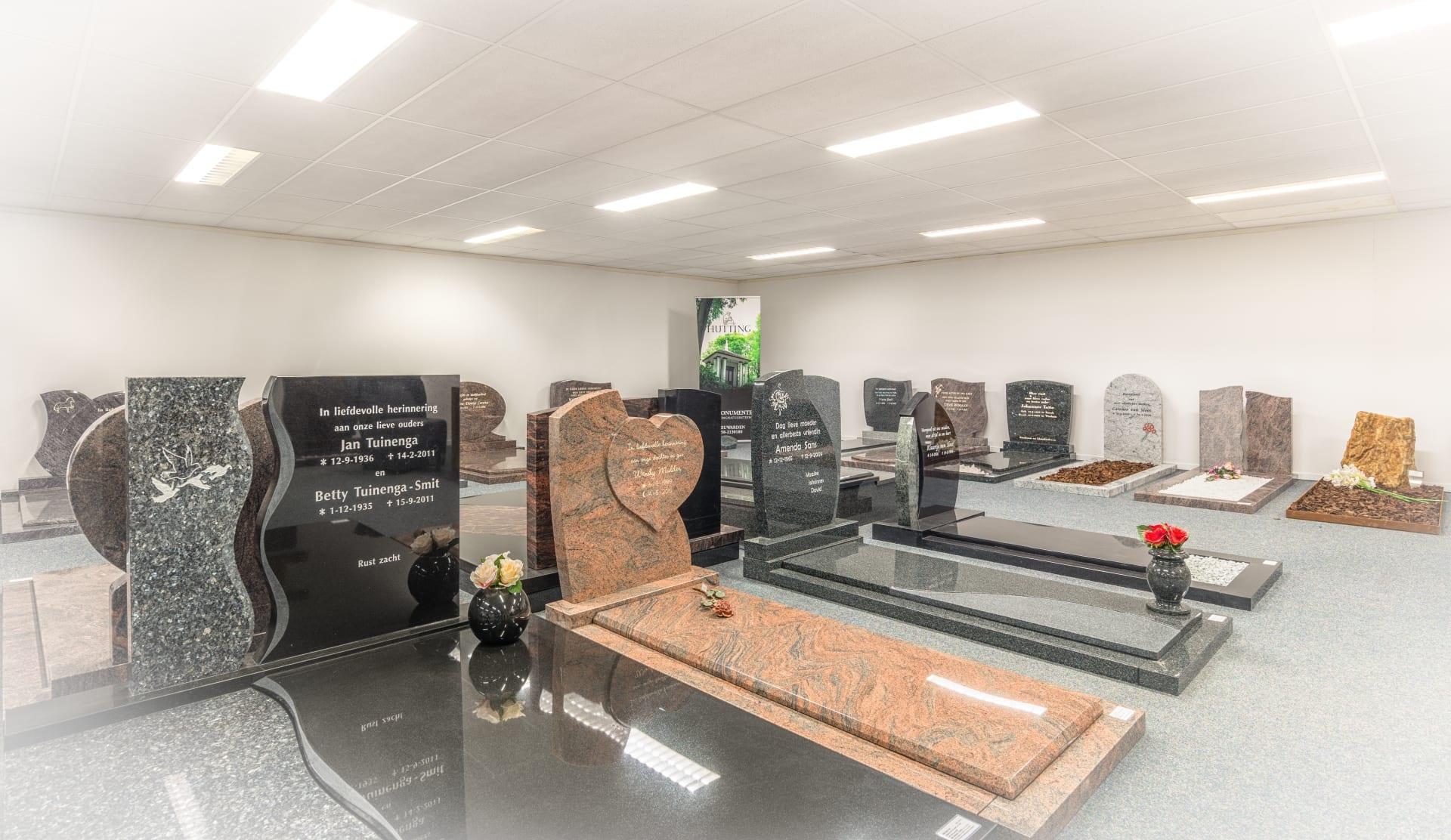 Een diversiteit een grafmonumenten in de toonzaal van de Westereen