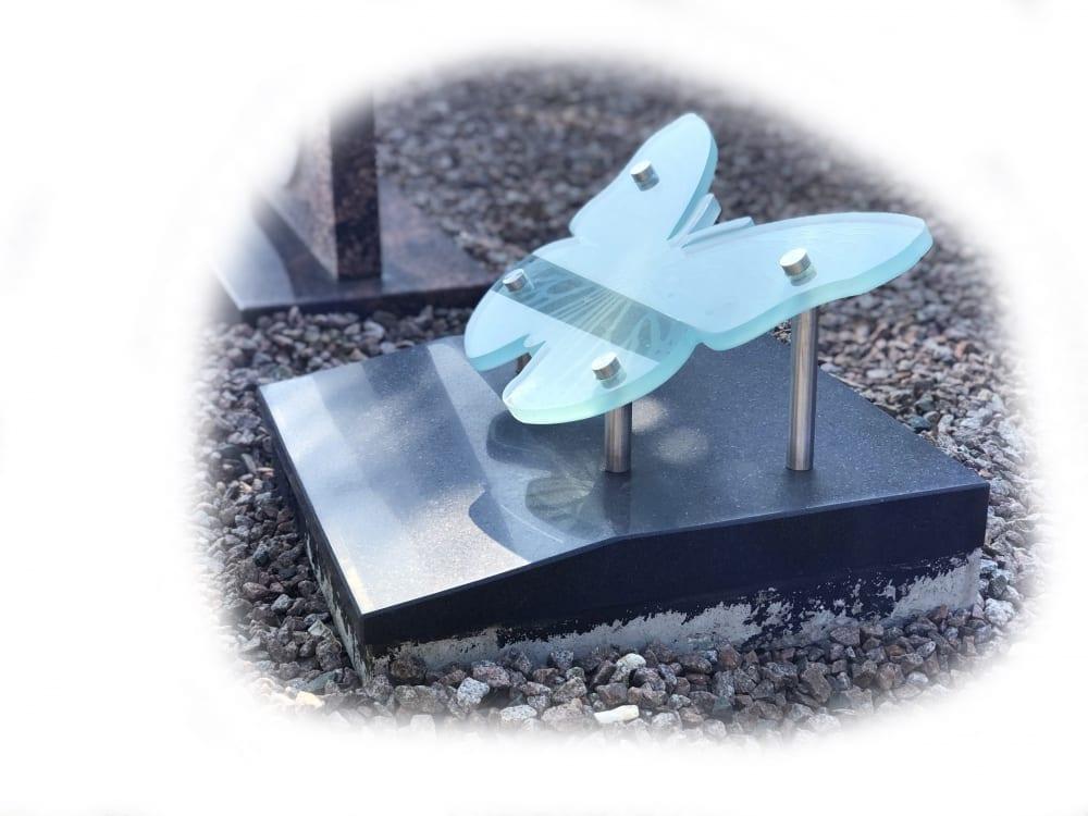 Glazen vlinder op zwart granieten voetplaat 102