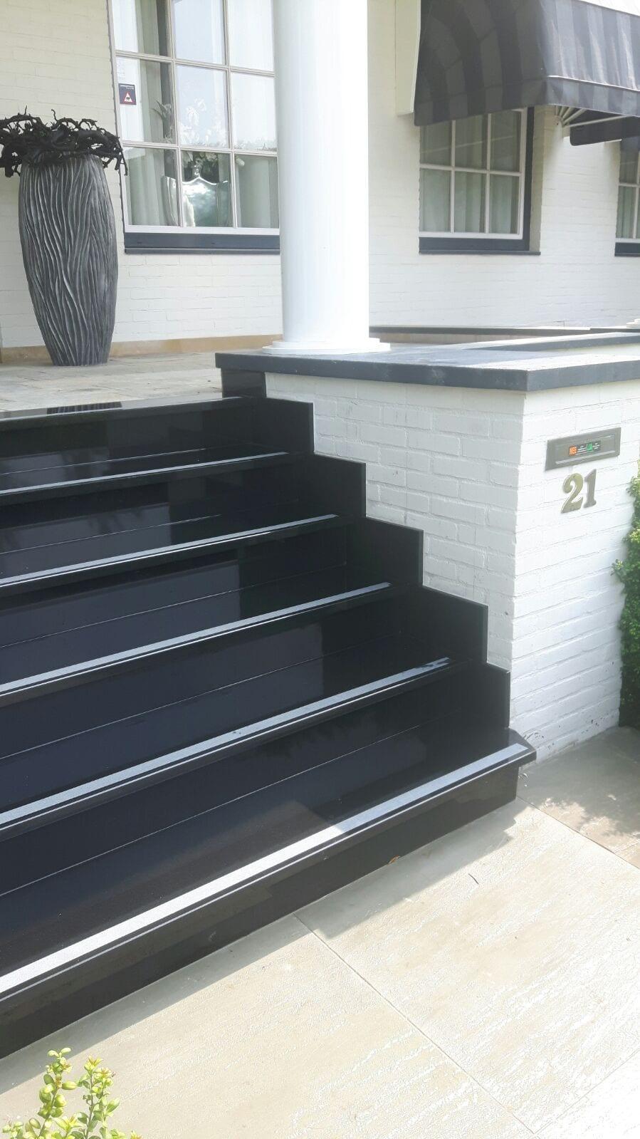 Zwart granieten trap
