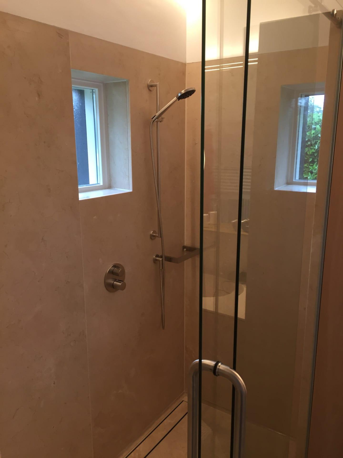 EERNEWOUDE – Badkamer en toilet in Crema Marfil
