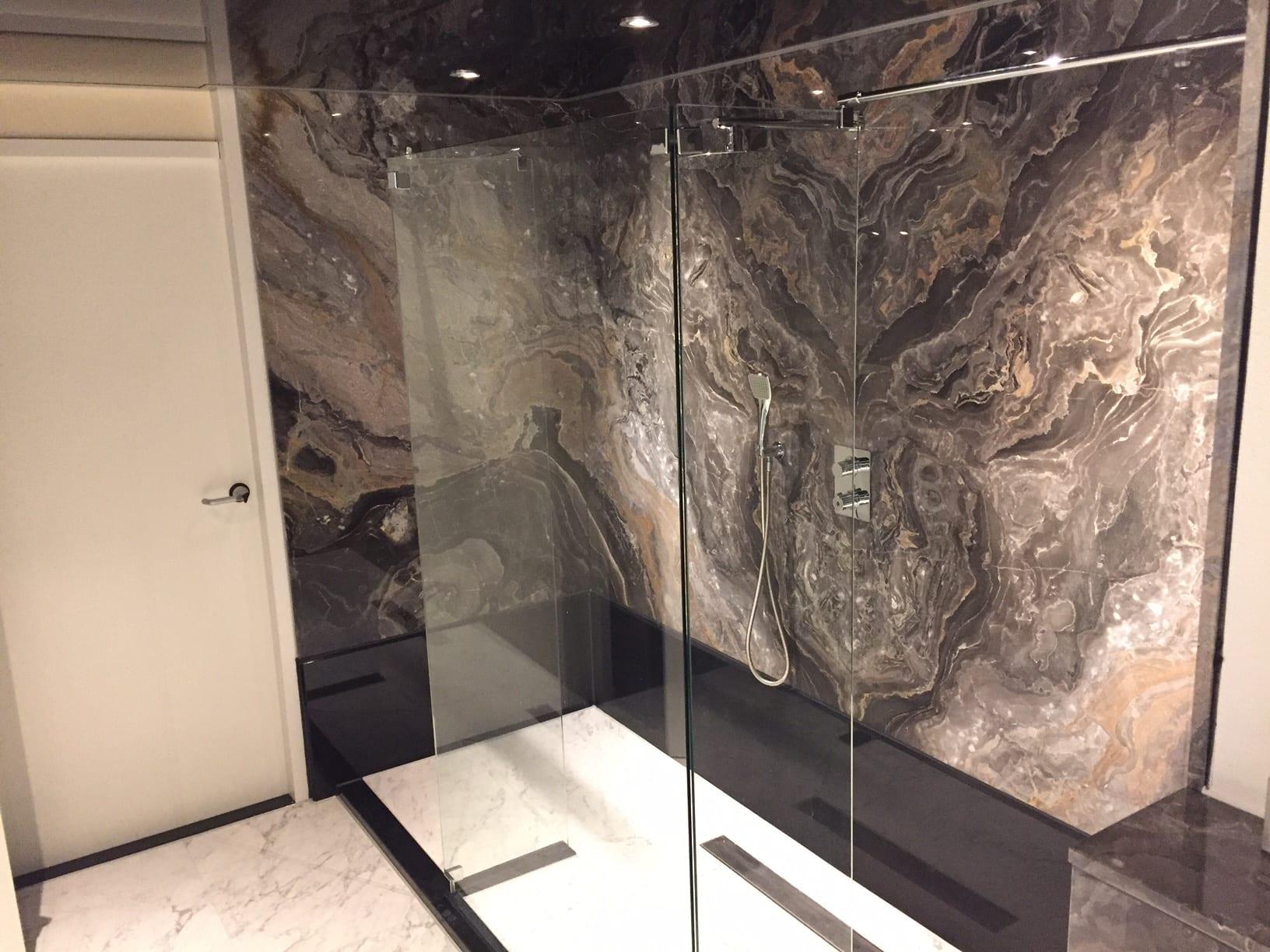 HEERENVEEN – Badkamer en toilet in Arabescato Orobico
