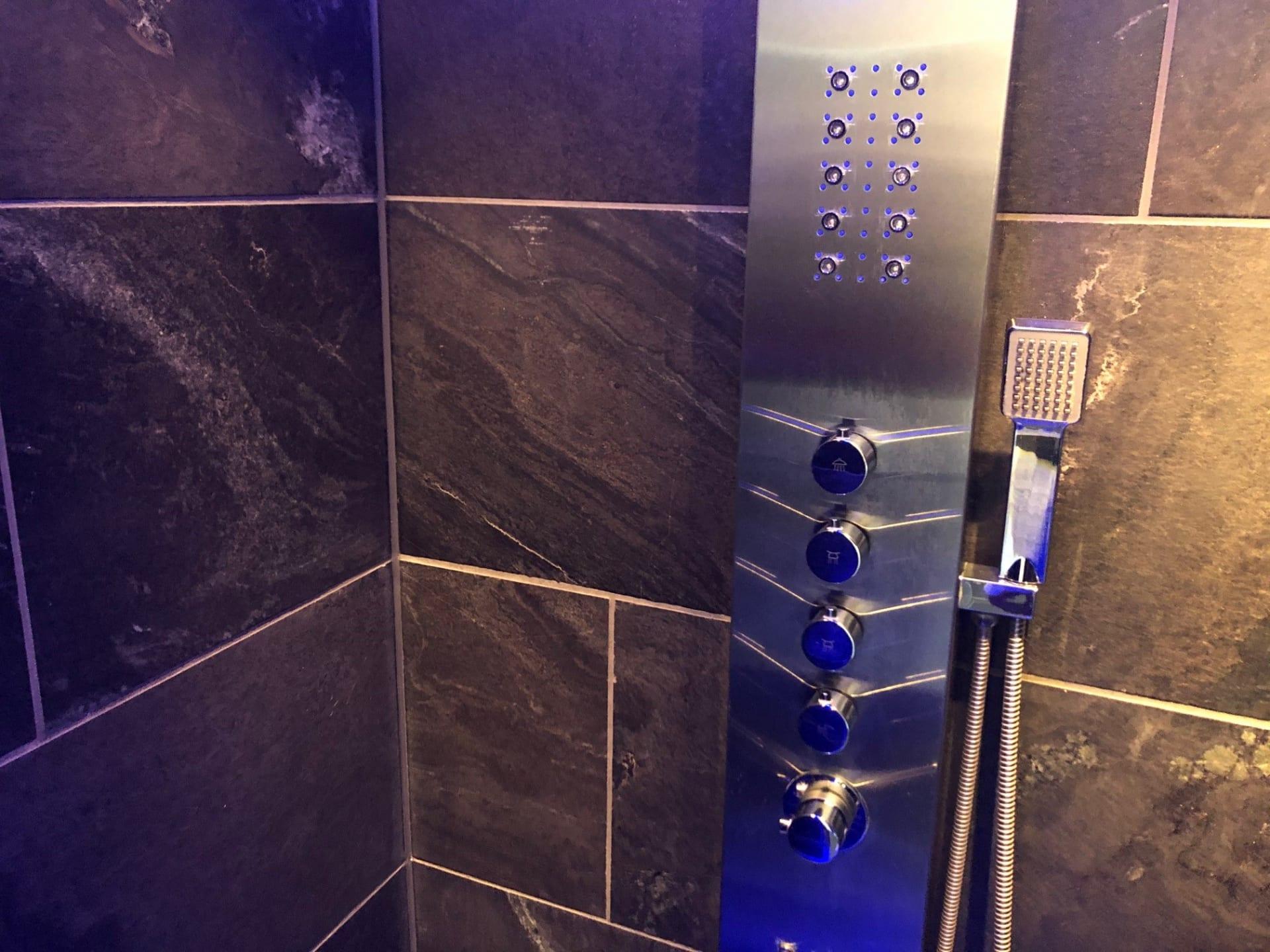 LEEUWARDEN – Carbon Gold vloer- en wandtegels badkamer