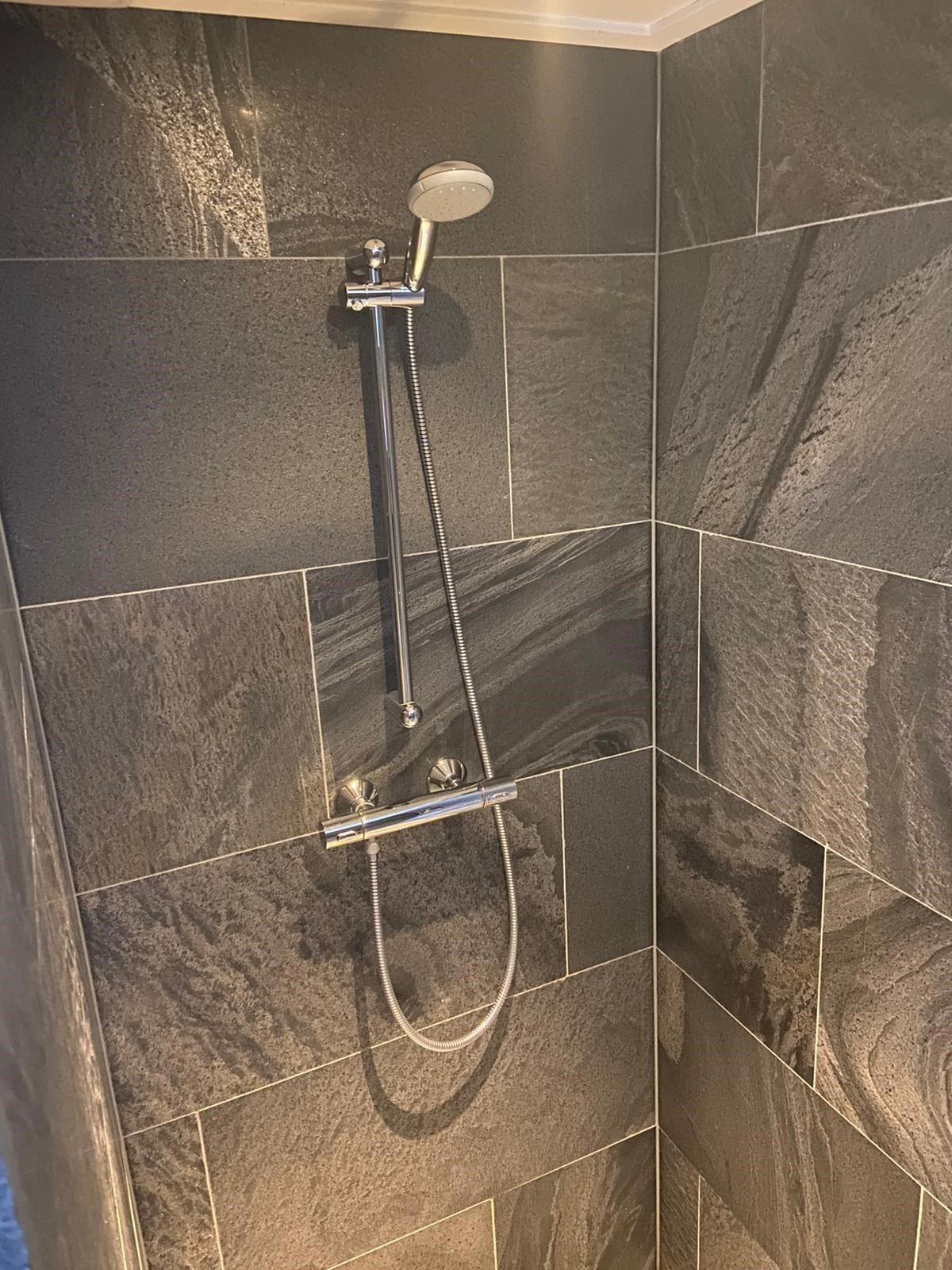 BUITENPOST – Natuursteen badkamervloer en douche